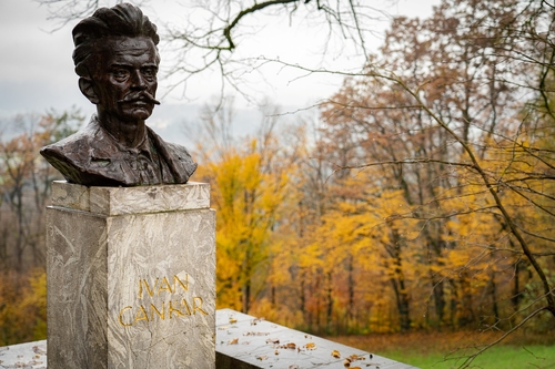 <p>  Bronast kip Ivana Cankarja, postavljen ob 30-letnici pisateljeve smrti. </p> <p>  Foto: Luka Šparl </p>