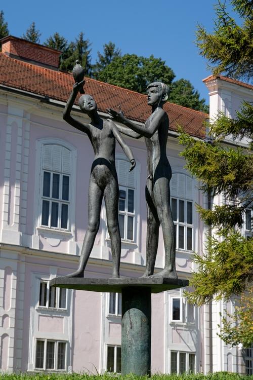 <p>  Spomenik pionirjem - bronasta skulptura predstavlja dečka in deklico z golobom v roki. Postavljena je bila ob dvajseti obletnici Pionirske organizacije. </p> <p>  Foto: Luka Šparl </p>